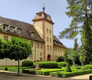 Vorburg, Ritterhaus mit Torturm zur Kernburg.