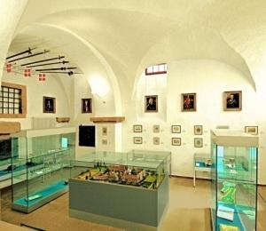 Schloss- und Baugeschichte im Kreuzgewölbe.