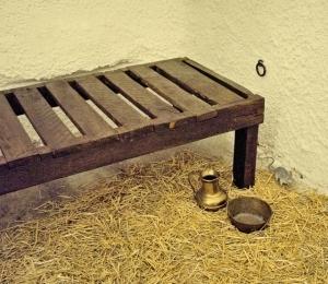 Museum, Holzpritsche im Schlossverlies.