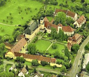Schloss Heitersheim, gegliedert in Vorburg und Kernburg.