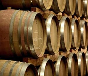 Lagerung im Fasskeller des privaten Weinguts Zotz.