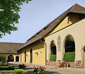Zehntscheuer und barocke Reste des Fruchtspeichers.