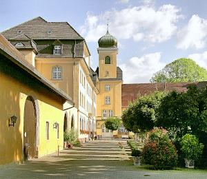 Katholisch und barock: Kloster und Schlosskirche.
