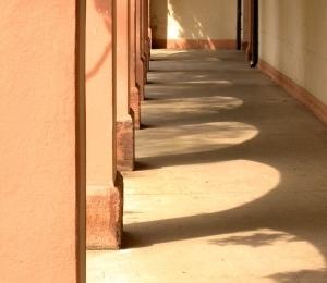 Kernburg, Laubengang. ›Schattenspiele‹