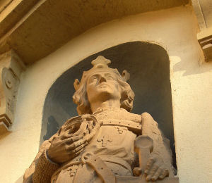 Namenspatron, König St. Ludwig IX von Frankreich.