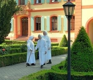Schwestern auf dem Weg zur Schlosskirche.